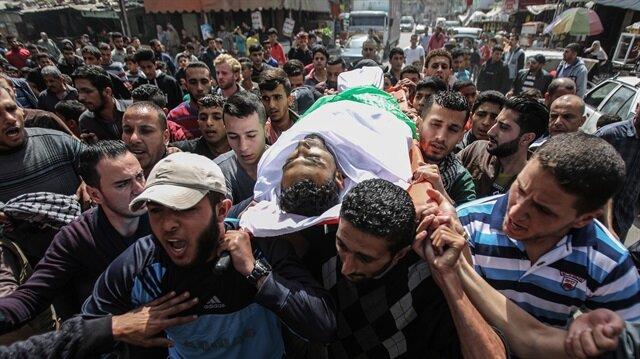 İşgalci İsrail askerleri, Gazze'deki barışçıl gösterilere gerçek mermi kullanarak Filistinlileri şehit ediyor.