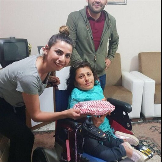 Engelli Ayşe Camgöz'e telefon hediye edildi