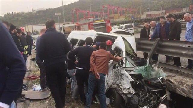 Vali ve kaymakam eşlerinin bulunduğu minibüs kaza yaptı