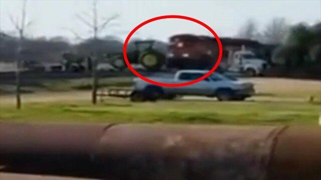 Tren, önünde duran traktörü kar topu gibi yuvarladı