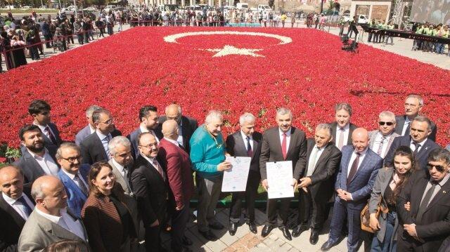 Kayseri Büyükşehir Belediyesi, 168 bin lale kullanarak dünyanın en büyük bayrağını Cumhuriyet Meydanı'nda oluşturdu.