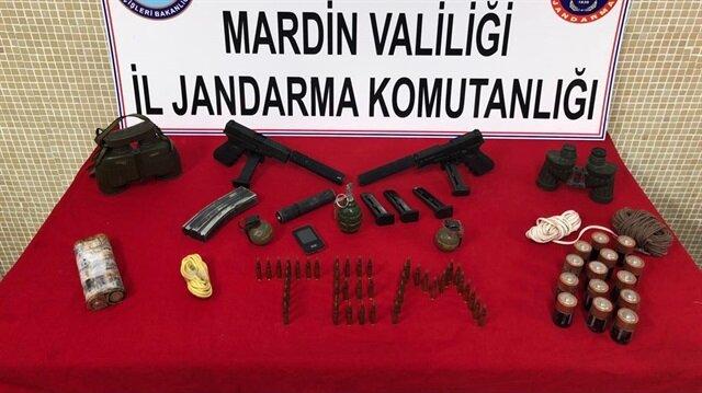 PKK'ya yönelik operasyonda 2 tabanca, 3 el bombası, 3 susturucu, çok sayıda mühimmat, el yapımı patlayıcı yapımında kullanılan malzemeler ele geçirildi.