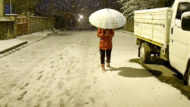 Kars'ın Sarıkamış ilçesinde nisan ayında yağan kar, ilçe merkezini beyaza bürüdü.