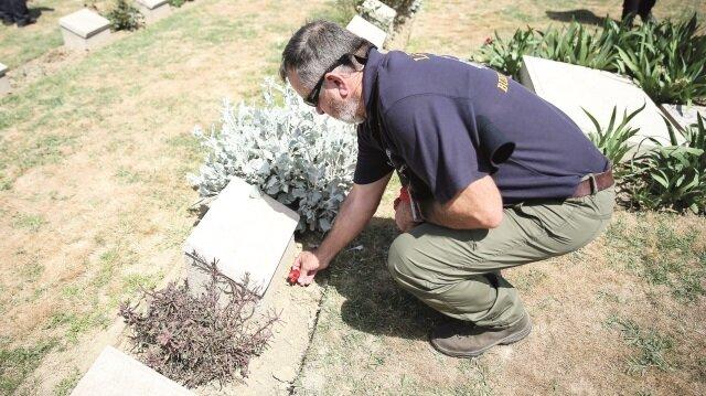 Connors, savaşta ölen bir yakınının mezarını görünce duygusal anlar yaşadı.