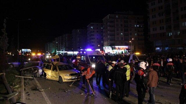 112 Acil Servis ekipleri yaralılara olay yerinde müdahale ederken, can pazarının yaşandığı kazada yaralanan 22 kişi ambulanslarla hastaneye kaldırıldı.