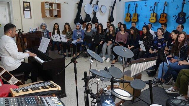 """فرقة """"غصن الزيتون"""" الموسيقية.. رسالة سلام من تركيا إلى العالم"""