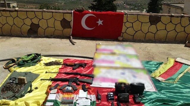 TSK, ele geçirilen örgütsel malzemelerin fotoğraflarını paylaştı.