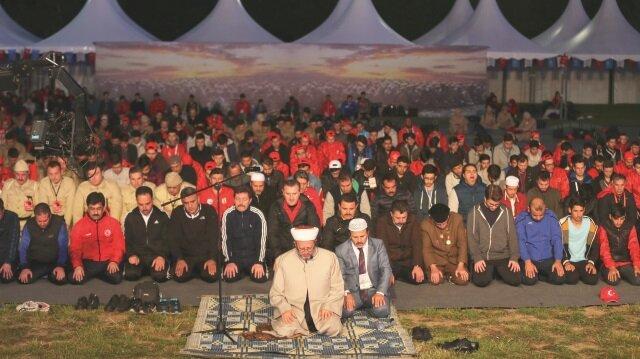 """Gençlik ve Spor Bakanlığı tarafından düzenlenen  """"57. Alay'a Vefa Yürüyüşü"""" öncesinde Kocadere  köyü kamp alanında sabah namazı kılındı."""