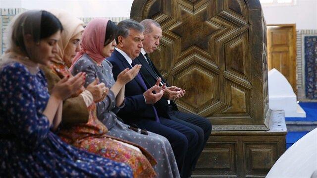 Erdoğan Özbekistan'da türbe ziyaretinde Kur'an-ı Kerim okudu
