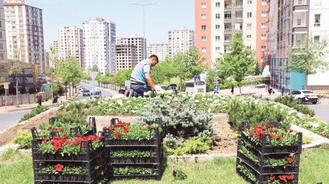 Talas Belediye Başkanı Dr. Mustafa Palancıoğlu, alınan çiçek ve fidanlarla ilgili yetkililerden bilgiler aldı.