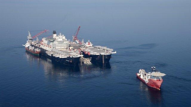 Dünyanın en büyük inşaat gemisi Boğaz'dan geçiyor