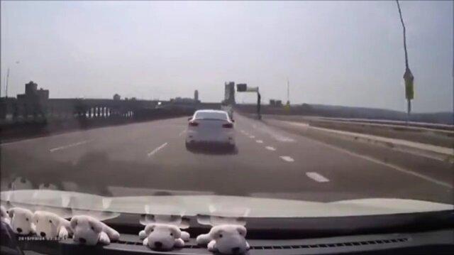 Kendisine yol vermeyen sürücüyü pazara yollayan adam