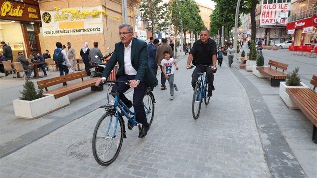 Belediye Başkanı'nın makam aracı 'bisiklet' oldu