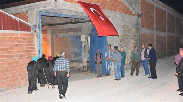 Şehit Erkek'in Balıkesir'deki ailesinin evinin bulunduğu sokağa Türk bayrakları asıldı.