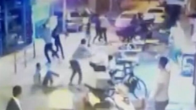 Sokak kavgasında sandalyeler havada uçuştu