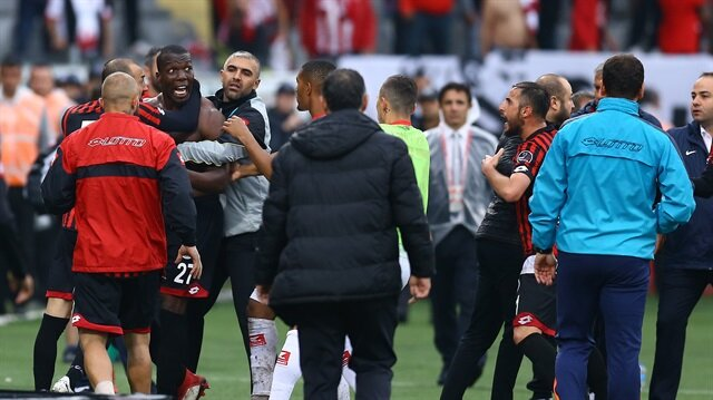 Antalyaspor'a 1-0 yenilen Gençlerbirliği'nde futbolcular, sakatlandığı gerekçesiyle 88. dakikada oyunu terk eden Pogba'ya saldırdı.