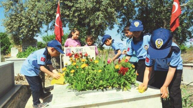 Bazıları asker ve polis kıyafeti giyen öğrenciler şehitlerin mezarlarını her zaman ziyaret ederek, koruyacaklarını ve temiz tutacaklarını söyledi.