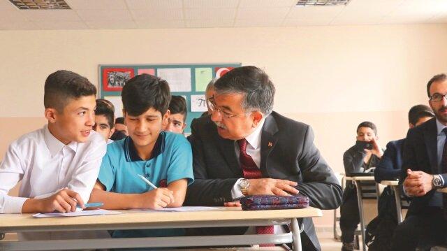 Bakan İsmet Yılmaz Şırnak Cizre'de 7 liseden oluşan Okullar Bölgesi'nde incelemelerde bulundu, öğrencilerle sohbet etti.