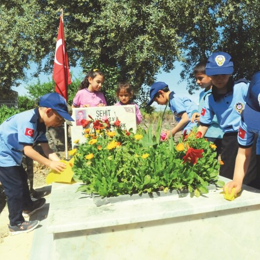 Şehit mezarındaki bayrağı harçlıklarıyla değiştirdiler