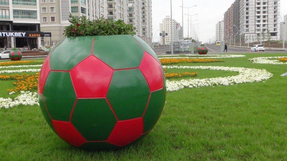 Diyarbakır'ı temsilen, kırmızı-yeşil top maketi yapıldı.