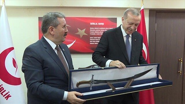 BBP lideri Destici Erdoğan'a özel yapım kılıç hediye etti