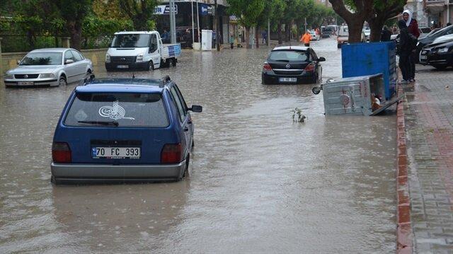 Karaman'da etkili olan olan sağanak yağış nedeniyle birçok yerde sel oldu.