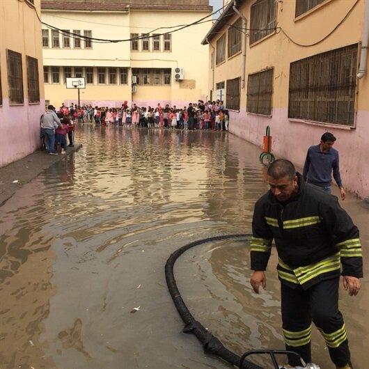 Okulu su bastı öğrenciler mahsur kaldı