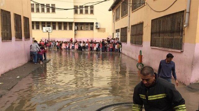 Okula gelen itfaiye ekipleri suyu tahliye etti.
