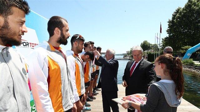 Aziz Yıldırım Galatasaraylı sporculara madalya taktı