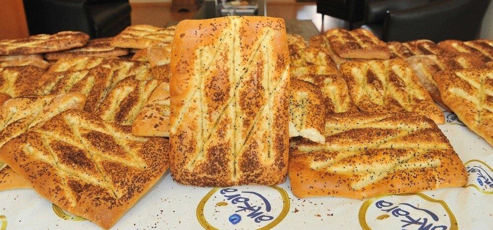 """Ankara Büyükşehir Belediye Başkanı Doç. Dr. Mustafa Tuna'nın Başkentlilere, """"Bu yıl Halk Ekmek Pidemize zam yapmadık"""" müjdesini vermişti. Ankara'da Halk Ekmek Pide 70 kuruştan satışa sunulacak."""