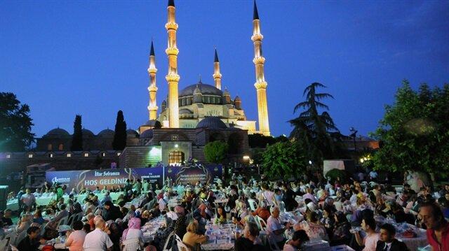 Bereket, bolluk, sevinç ve rahmet ayı olarak nitelendirilen ramazanla birlikte ilk iftar yurdun dört bir yanında heyecanla yapıldı