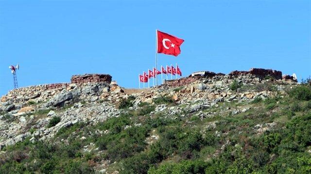 9 askerin şehit düştüğü tepeye 9 Türk bayrağı dikildi.