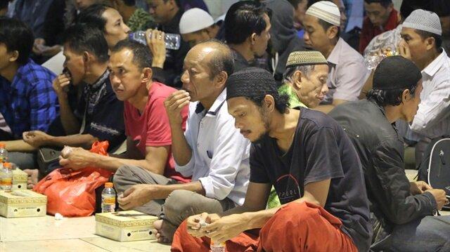 Başkent Cakarta'da Güneydoğu Asya'nın en büyük camisinde düzenlenen programla Endonezya'da ilk iftar yapıldı.