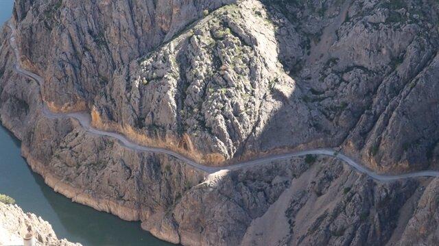 Erzincan'daki bu yol dünyanın en zorlu yolları arasında gösteriliyor.