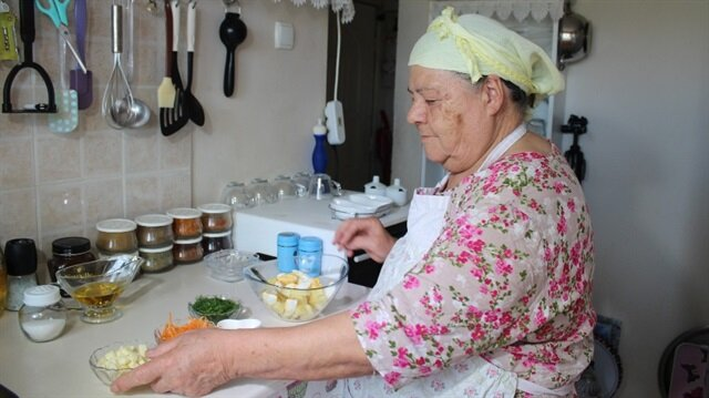 Saniye Anne Yemekleri kanalıyla fenomen olan 77 yaşındaki Youtuber lezzetli tarifler veriyor.