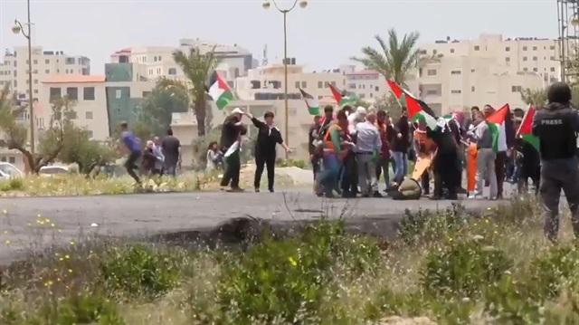 İşgalci İsrail, yaralı Filistinliye yardıma giden doktoru da vurdu