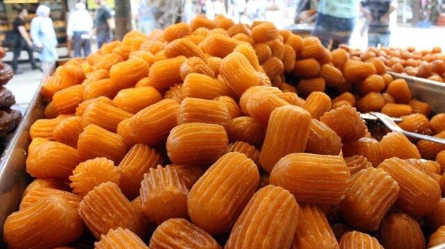 Vatandaşlar, fıstıklı tatlılar yerine kilosu 30-60 lira arasında cevizli baklava ve kilosu 20 lira olan tulumba tatlısını tercih ediyor