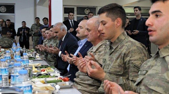 İçişleri Bakanı Soylu, Mehmetçik'le sahur yaptı