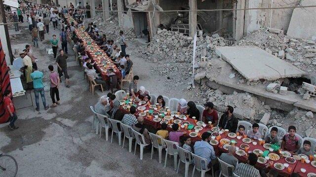 Suriye halkı Beşşar Esed rejiminin yoğun saldırıları altında bugün ilk iftarını yaptı.