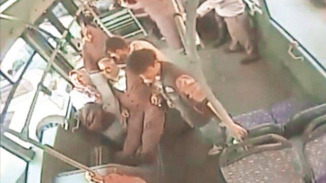 Görüntülerde, yaşlı adamın fenalaşması, yolcuların müdahalesi ve otobüsle hastaneye getirilmesi yer alıyor