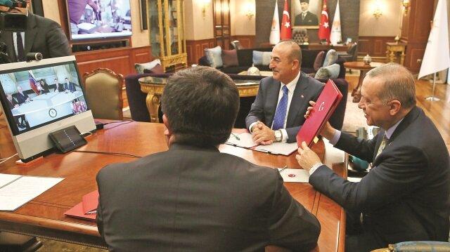 Cumhurbaşkanı Recep Tayyip Erdoğan, Venezuela Devlet Başkanı Nicolas Maduro ile telekonferans yöntemiyle görüştü. İki ülke arasında anlaşma imzalanan görüşmede, Dışişleri Bakanı Mevlüt Çavuşoğlu ile Ekonomi Bakanı Nihat Zeybekci de yer aldı.