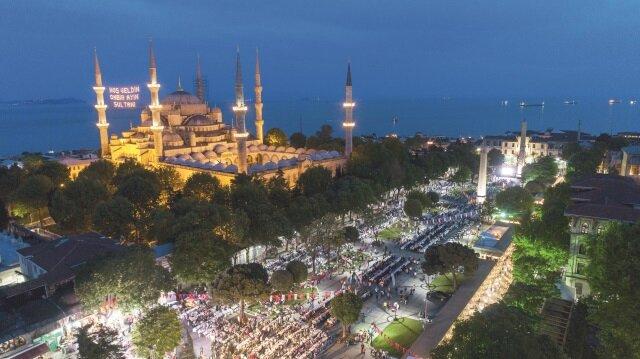 Sultanahmet Meydanı'nda düzenlenen iftar programında yaklaşık 30 bin kişi, 1. Ordu Komutanlığına bağlı Topçu Birliğinin yaptığı top atışıyla birlikte ilk oruçlarını açtı.