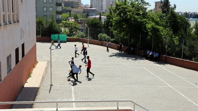 12 yaşındaki öğrenci bahçede top oynarken bir anda yere yığıldı.