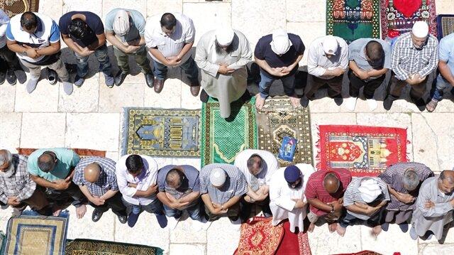 İsrail'in çıkardığı zorluklara rağmen yaklaşık 120 bin Filistinli, ramazan ayının ilk cuma namazını Mescid-i Aksa'da kıldı.