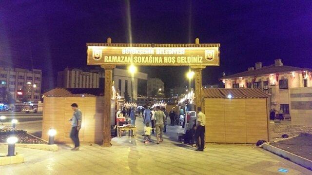 Şanlıurfa Büyükşehir Belediye Başkanı Nihat Çiftçi, Ramazan sokağında stant açan esnafla sohbet etti.