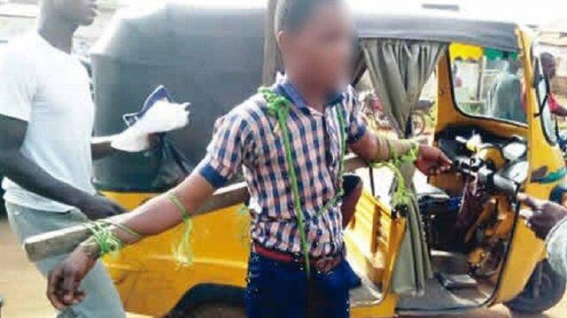 Nijerya'da okula geç kalan öğrencileri yol kenarında çarmıha gerip, kırbaçladılar.