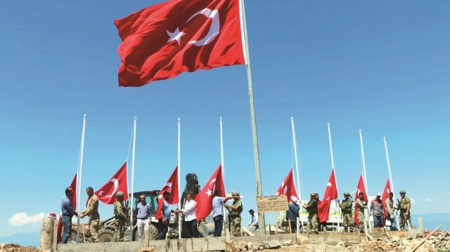9 askerin şehit düştüğü Şehitler Tepesi'ne Hassa Belediyesi tarafından 9 Türk bayrağı dikildi.