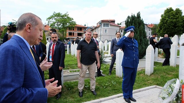 الرئيس التركي يزور قبر علي عزت بيغوفيتش في سراييفو