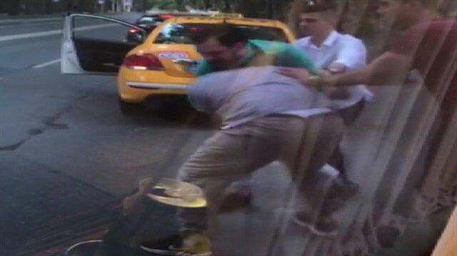 Taksici ve minibüsçünün yumruk yumruğa kavgası kamerada