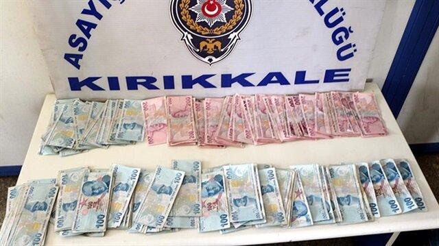Çöpe atılan parayı polis buldu.